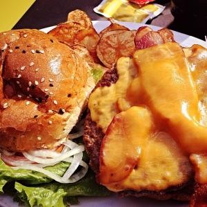 bacon cheeseburger at Wooglin's Deli